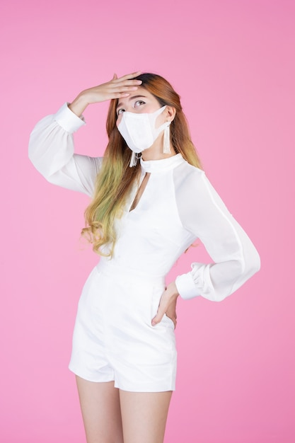 Mulher jovem e bonita vestindo uma máscara Foto gratuita