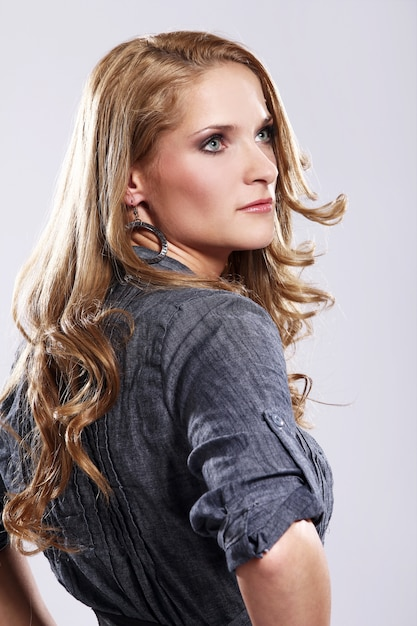 Mulher jovem e elegante Foto gratuita