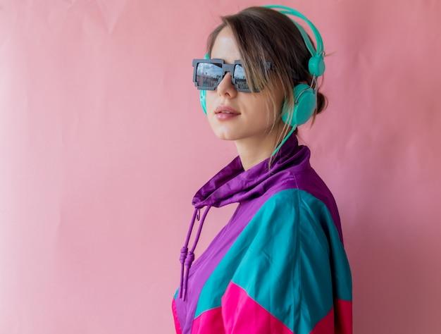 Mulher jovem, em, 90s, estilo, roupas, com, fones Foto Premium