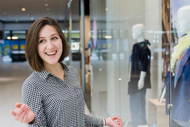 Mulher jovem, em, a, centro comercial Foto gratuita