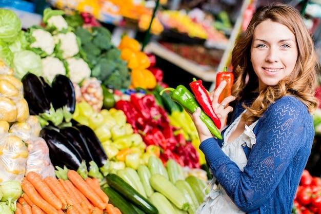 Mulher jovem, em, a, mercado Foto Premium