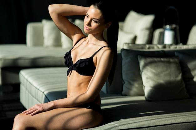 Mulher jovem, em, a, sala Foto Premium