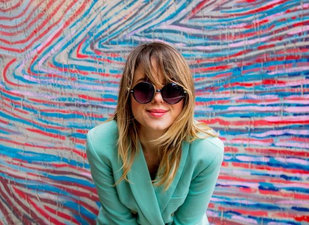 Mulher jovem, em, blazer, de, 90s, estilo, e, óculos de sol Foto Premium