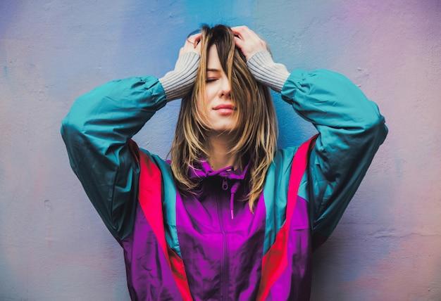 Mulher jovem, em, casaco, de, 90s, estilo Foto Premium
