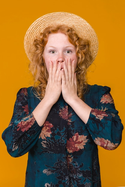 Mulher jovem, em, chapéu, e, com, cabelo ondulado, querer saber Foto gratuita