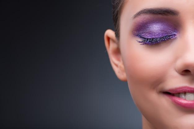 Mulher jovem, em, conceito beleza, com, agradável, maquiagem Foto Premium