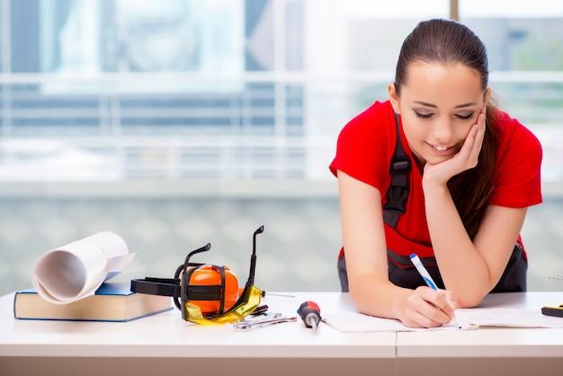 Mulher jovem, em, coveralls, fazendo, reparos Foto Premium