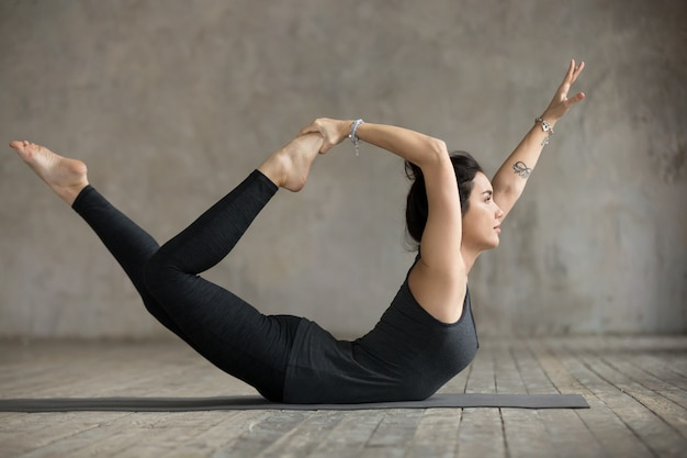 Mulher jovem, em, curve-se pose Foto gratuita