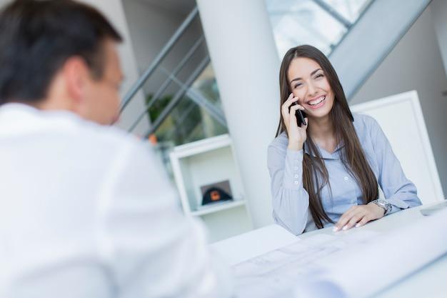Mulher jovem, em, escritório Foto Premium