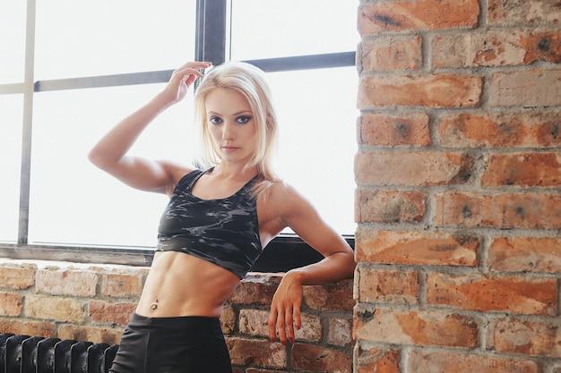 Mulher jovem em forma em roupas esportivas Foto gratuita