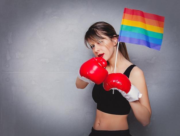 Mulher jovem, em, luvas boxing, com, lgbt, bandeira Foto Premium