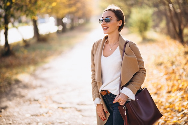 Mulher jovem, em, outono, parque Foto gratuita