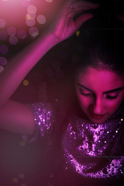 Mulher jovem, em, prata, pano, com, upping, mão, em, pinkness Foto gratuita