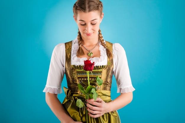 Mulher jovem em roupas tradicionais - dirndl ou tracht Foto Premium