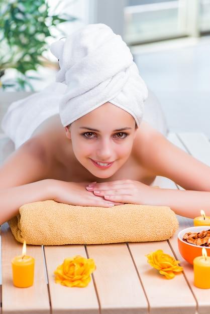 Mulher jovem, em, spa, saúde, conceito Foto Premium