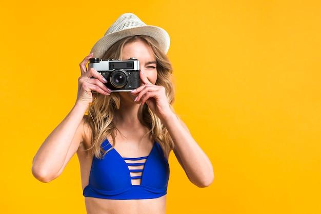 Mulher jovem, em, swimsuit, levando, foto Foto gratuita