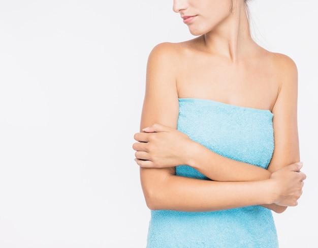 Mulher jovem, em, toalha, branco, fundo Foto gratuita