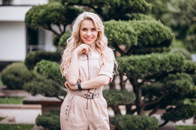 Mulher jovem, em, trendy, cor-de-rosa, global Foto gratuita