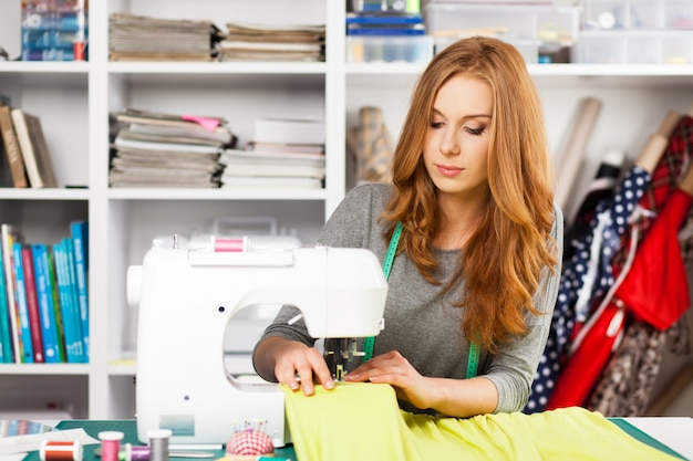 Mulher jovem, em, um, máquina de costura Foto Premium