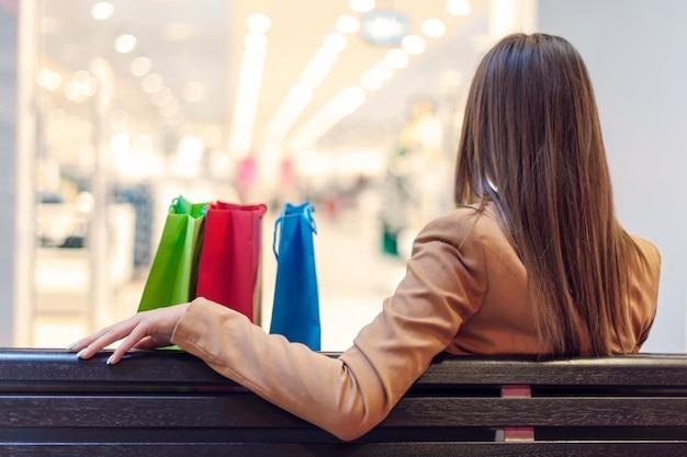 Mulher jovem em uma pausa para compras Foto gratuita