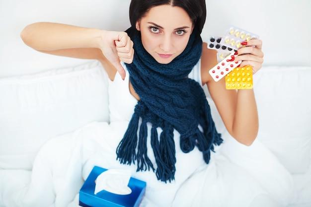 Mulher jovem, encontrar-se cama, e, segurando, medicina, bolha, pílulas Foto Premium