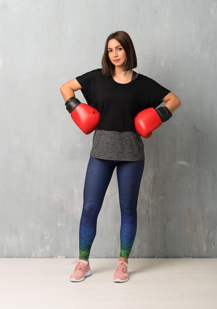 Mulher jovem esporte com luvas de boxe Foto Premium
