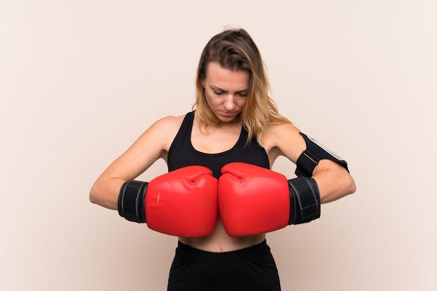 Mulher jovem esporte sobre parede isolada Foto Premium