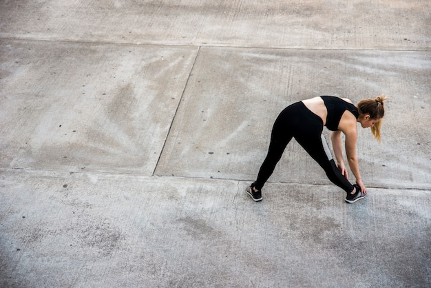 Mulher jovem, esticar, em, a, rua Foto gratuita