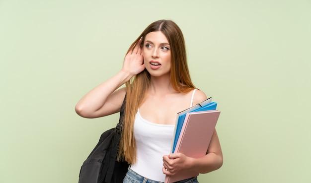 Mulher jovem estudante ouvindo algo Foto Premium