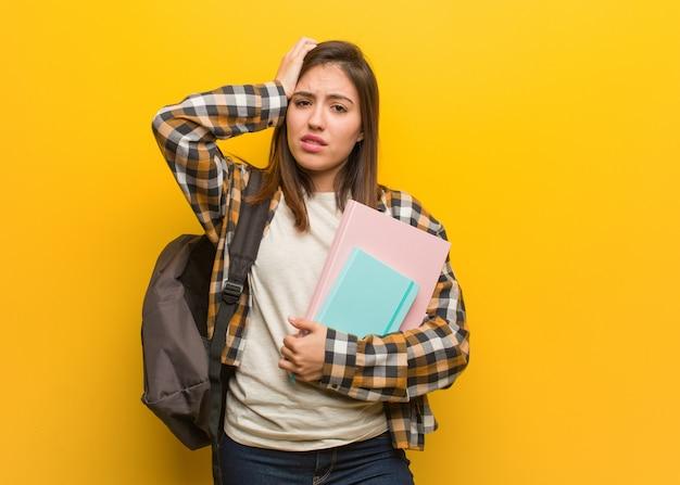 Mulher jovem estudante preocupado e oprimido Foto Premium