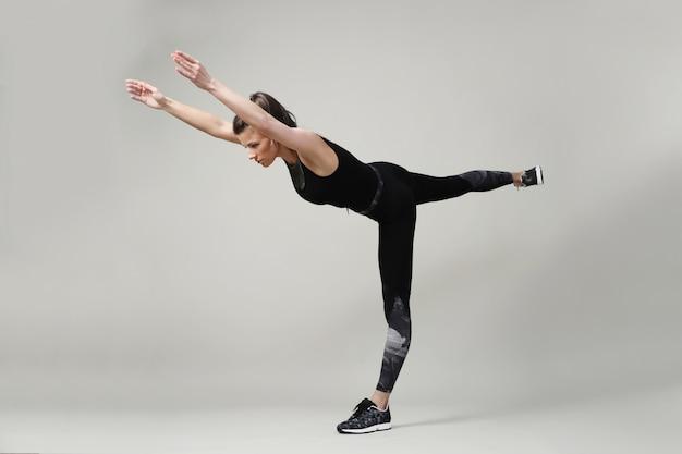 Mulher jovem, exercitar, condicão física Foto gratuita