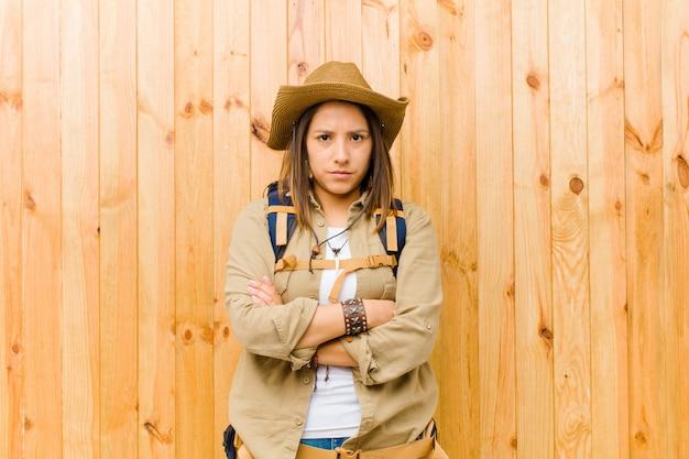 Mulher jovem explorador latino Foto Premium