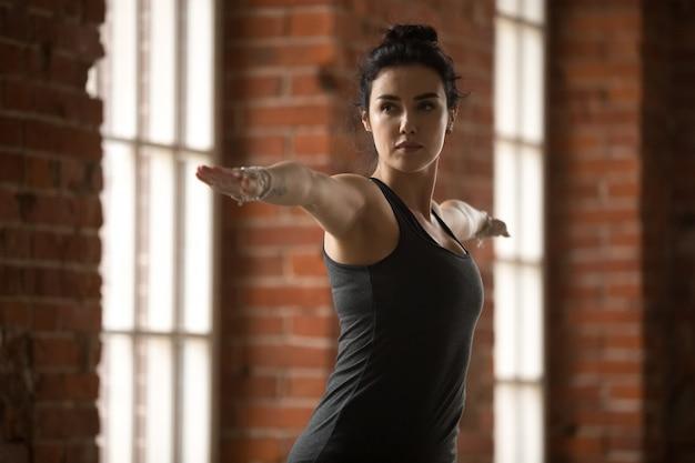 Mulher jovem, fazendo, guerreiro, ii, exercício, cima Foto gratuita