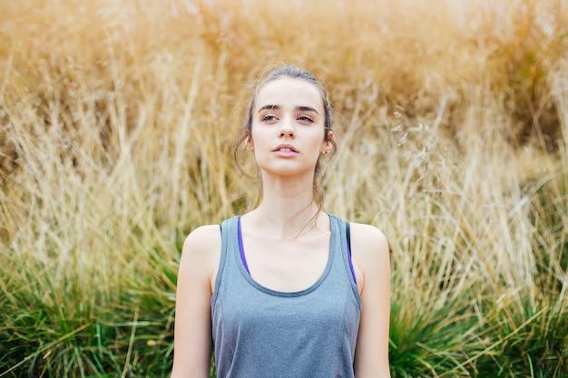 Mulher jovem, fazendo, ioga, exercício, em, parque verde Foto Premium