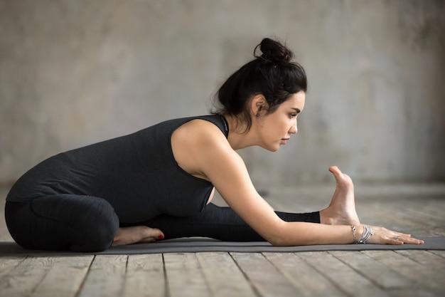 Mulher jovem, fazendo, janu, sirsasana, exercício Foto gratuita