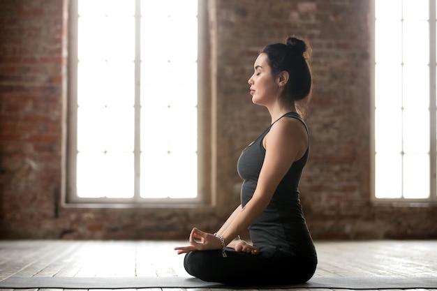 Mulher jovem, fazendo, padmasana, exercício Foto gratuita