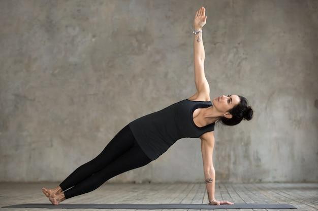 Mulher jovem, fazendo, vasisthasana, exercício Foto gratuita
