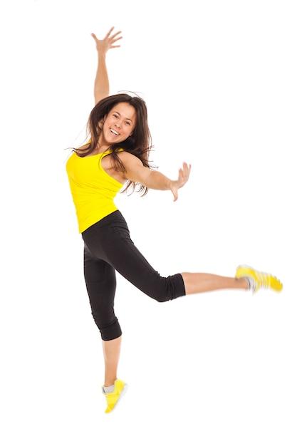 Mulher jovem feliz no desgaste de fitness Foto gratuita