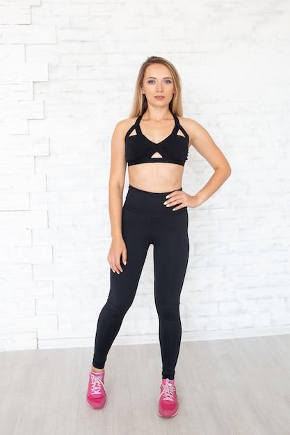 Mulher jovem fitness. conceito de estilo de vida saudável. Foto Premium