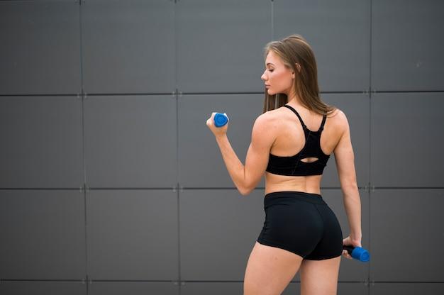 Mulher jovem fitness fazendo exercícios de esporte Foto Premium