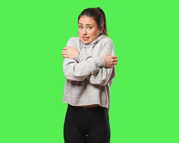 Mulher jovem fitness vai frio devido a baixa temperatura Foto Premium