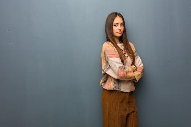 Mulher jovem hippie olhando para a frente Foto Premium