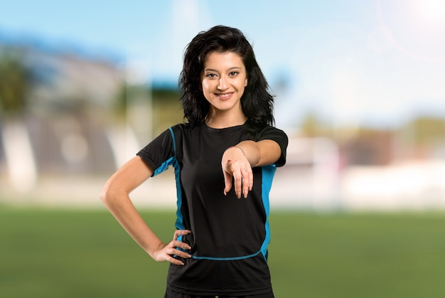 Mulher jovem jogador de futebol Foto Premium