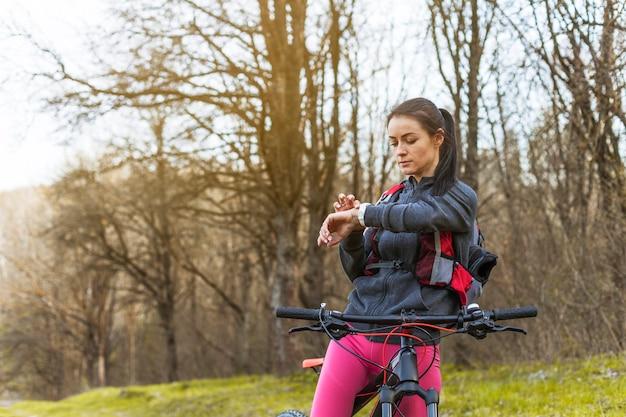 Mulher jovem, ligado, um, excursão, com, dela, bicicleta Foto gratuita