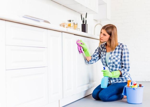 Mulher jovem, limpeza, a, casa Foto gratuita