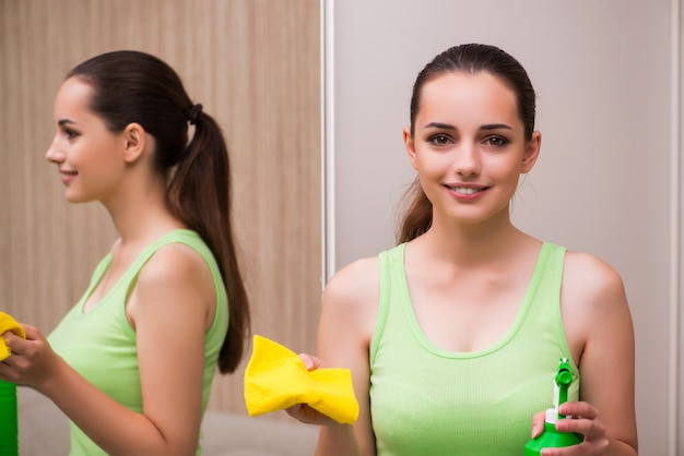Mulher jovem, limpeza, espelho, casa Foto Premium