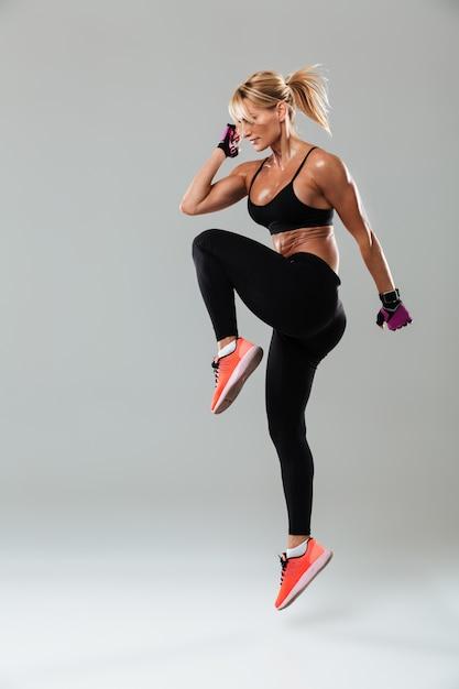 Mulher jovem lindo esportes fazer exercícios de esporte Foto gratuita