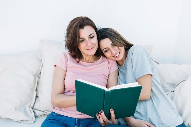 Mulher jovem, livro leitura, com, mulher Foto gratuita