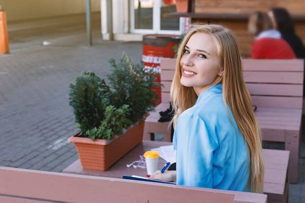 Mulher jovem moderna em uma cidade grande Foto Premium