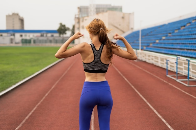 Mulher jovem, mostrando, dela, músculos Foto gratuita